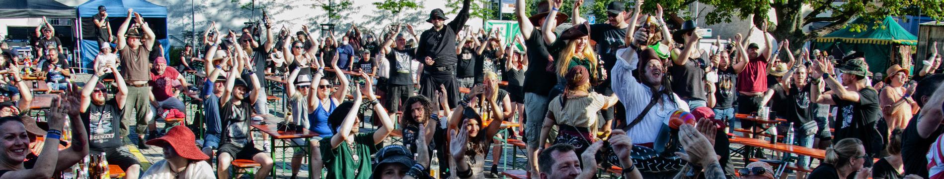Jubelnde Fans auf dem Festivalgelände (Corona-konform)...